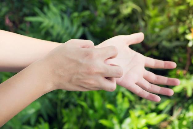 L'homme gratte la démangeaison avec la main