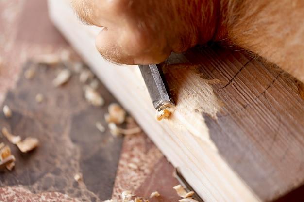 Homme gravure en bois à l'extérieur close-up