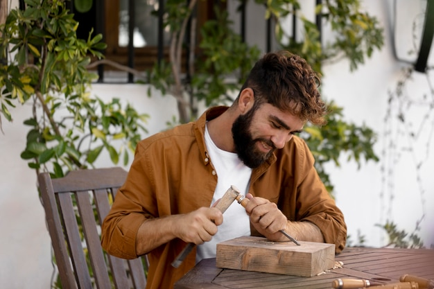Homme gravure en bois à l'extérieur