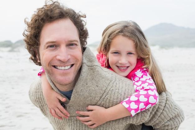 Homme greffer sa fille à la plage