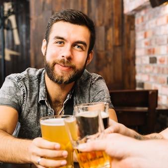 Homme, grillage, verres alcoolisés