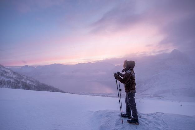 Homme, grimpeur, à, bâtons trekking, debout, sur, sommet montagne montagne