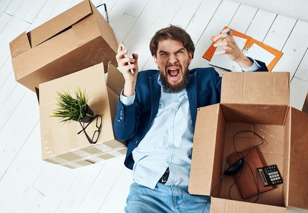 Homme grincheux expressif fixant à côté des boîtes