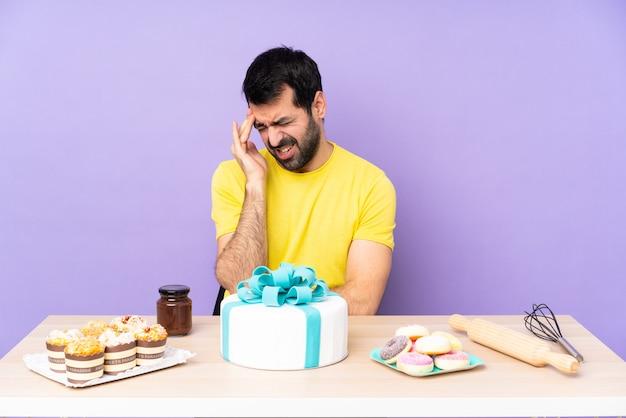 Homme avec un gros gâteau