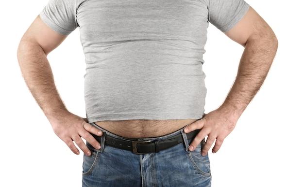 Homme avec gros ventre de bière sur fond blanc