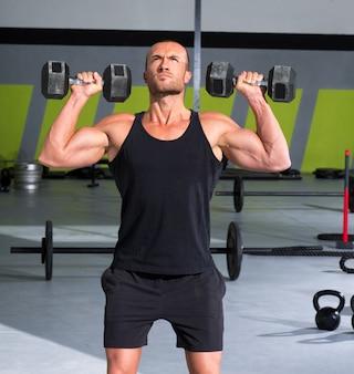 Homme de gym avec haltères exercice crossfit