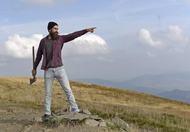 Homme à la hache sur la montagne