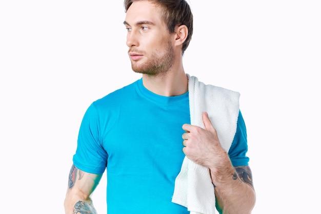 Homme avec des haltères en mains entraînement fitness exercice fond clair