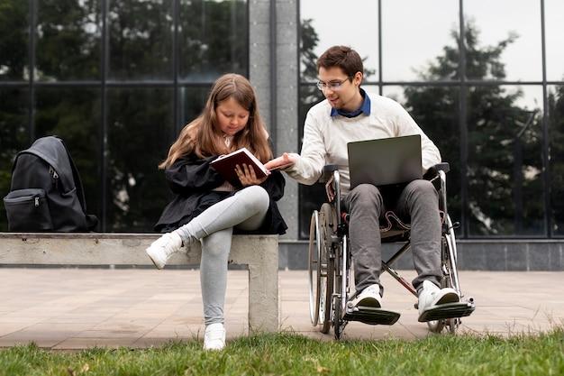 Homme handicapé aidant la fille à apprendre