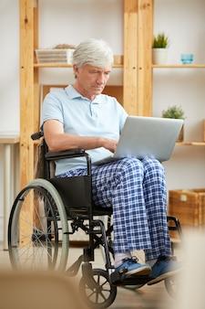 Homme handicapé à l'aide d'un ordinateur portable