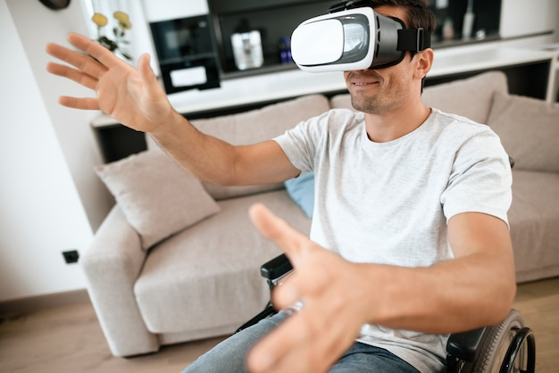Un homme handicapé aime les lunettes de réalité virtuelle
