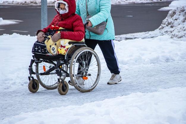L'homme handicapé a un espoir. il est assis dans un fauteuil roulant.
