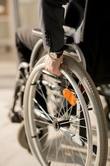 Homme handicapé en fauteuil roulant