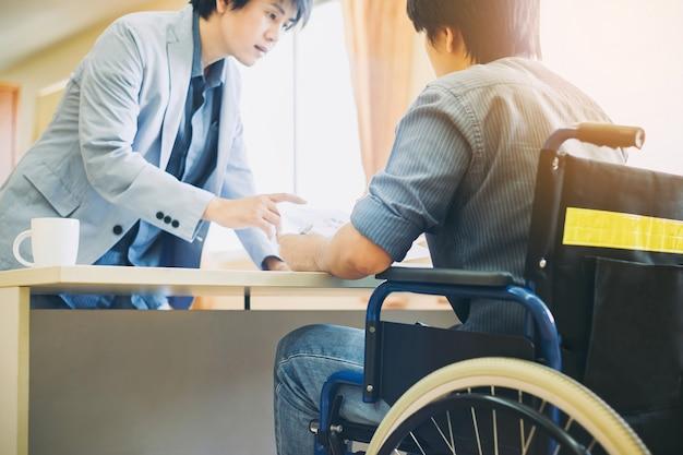 Un homme handicapé ou handicapé peut retourner au travail