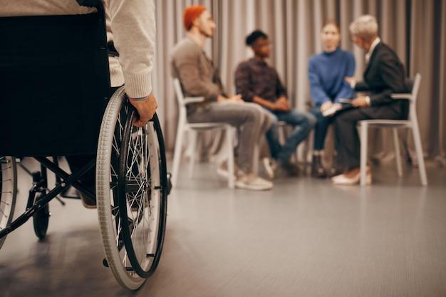 Homme handicapé à la leçon