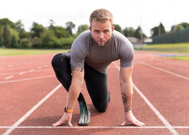 Homme handicapé sur une piste de course complète
