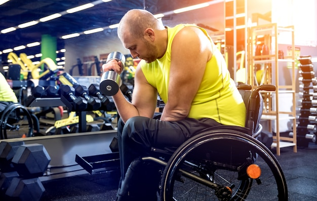 Homme handicapé s'entraînant dans la salle de gym
