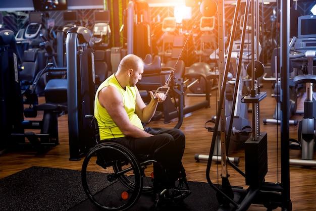 Un homme handicapé s'entraîne dans la salle de gym