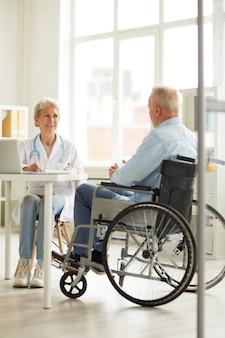 Homme handicapé à la vérification