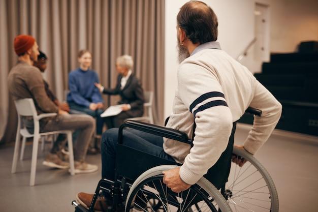 Homme handicapé visitant un cours de thérapie