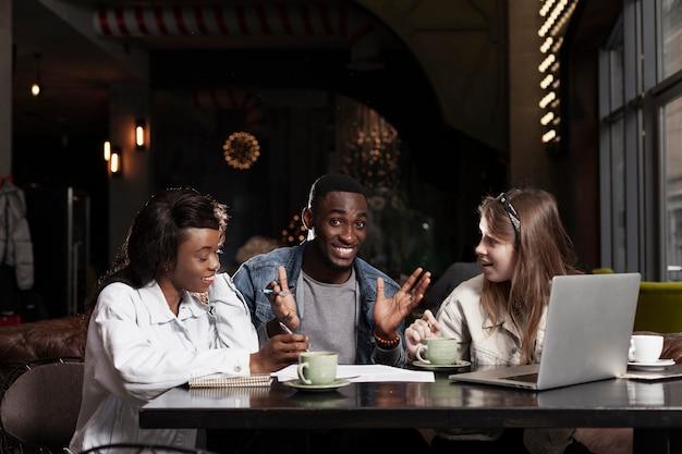 Homme heureux avec des amis à l'intérieur