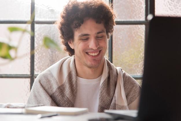 Homme heureux aux yeux fermés