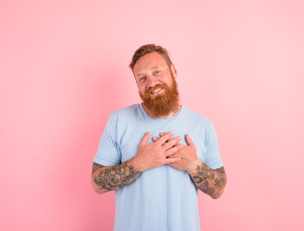 Homme heureux avec barbe et t-shirt bleu clair