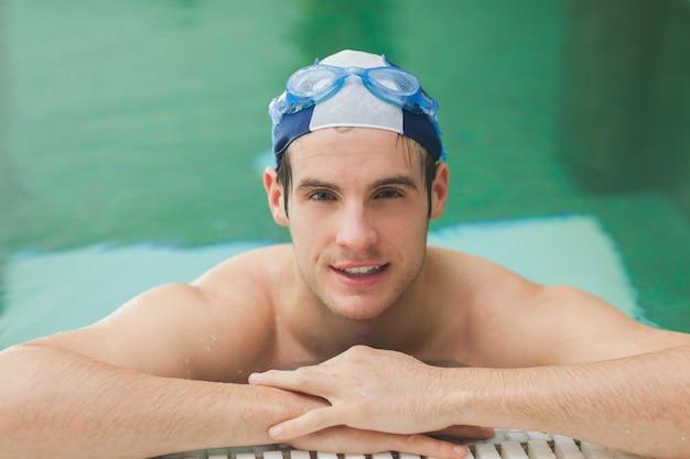 Homme heureux dans la piscine