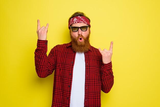L'homme heureux danse avec la barbe et le bandana dans la tête