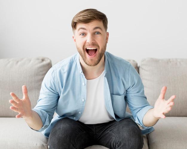 Homme heureux, sur, divan
