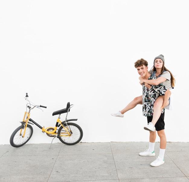 Homme heureux, donner, ferroutage, à, elle, petite amie, près, jaune, vélo, sur, trottoir