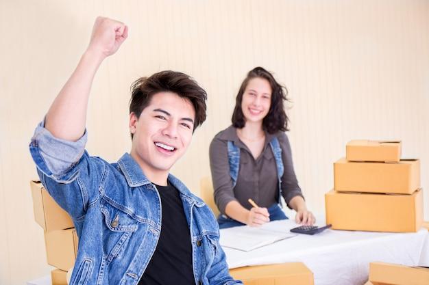 Homme heureux et femme avec petite entreprise