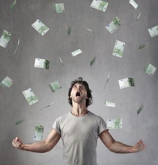 Homme heureux gagnant beaucoup d'euros