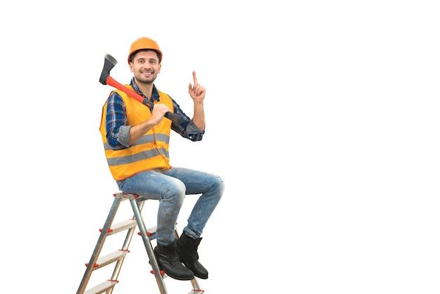 L'homme heureux avec une hache faisant des gestes sur l'échelle sur le fond blanc