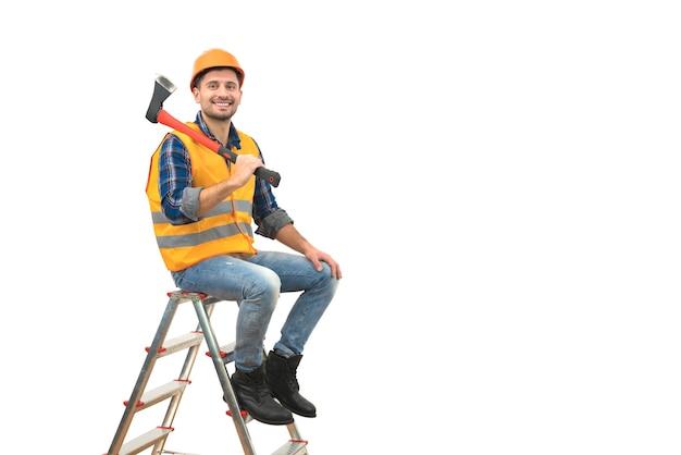 L'homme heureux avec une hache se reposant sur l'échelle sur le fond blanc