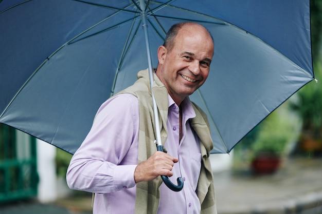 Homme heureux un jour de pluie
