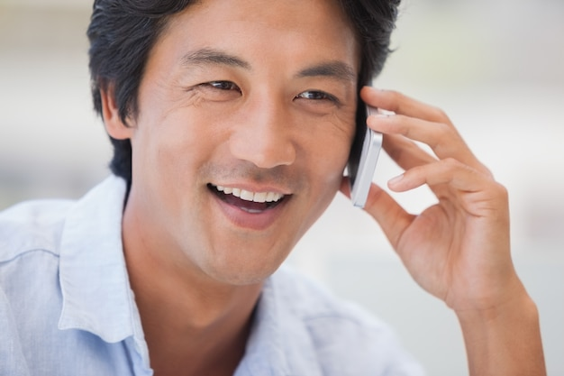 Homme heureux lors d'un appel téléphonique