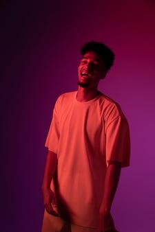 Homme heureux avec des lumières coup moyen