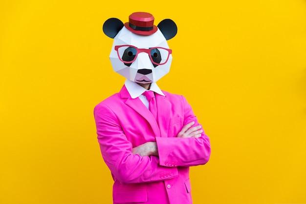 Homme heureux avec masque drôle low poly sur fond coloré