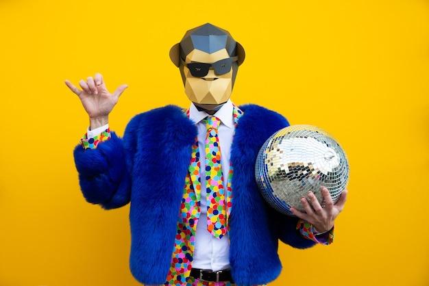 Homme heureux avec masque drôle low poly sur mur coloré