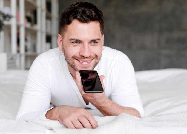 Homme heureux, parler téléphone