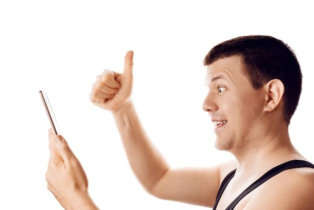 Homme heureux avec le pouce en lisant de bonnes nouvelles de sa tablette expression de réaction d'émotion humaine