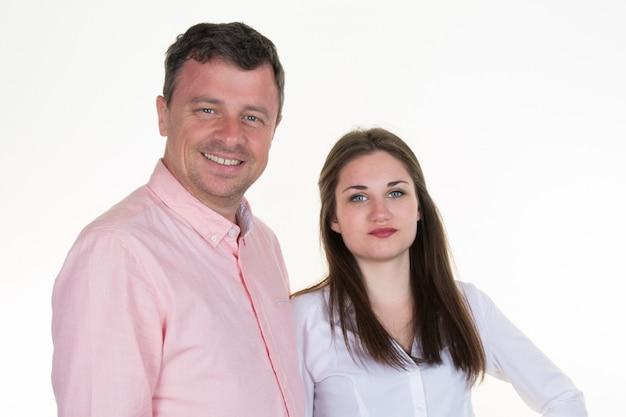 Homme heureux et sa belle fille sur blanc