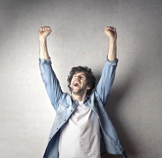 Homme heureux sautant