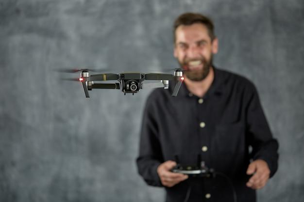 Homme heureux testant un quadricoptère.