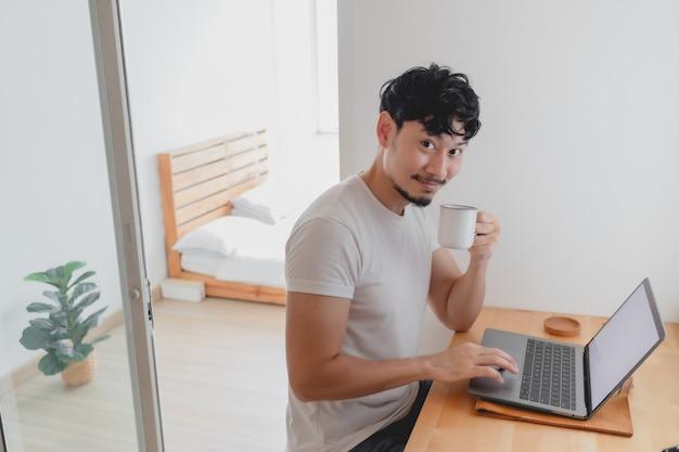 L'homme heureux travaille dans son concept d'appartement de travail à domicile