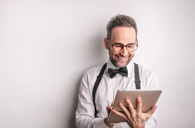 Homme heureux en utilisant une tablette