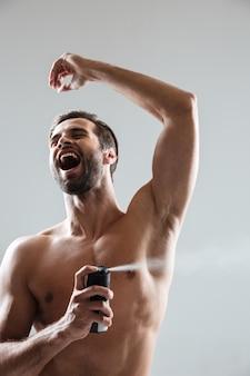 Homme heureux, utilisation, déodorant