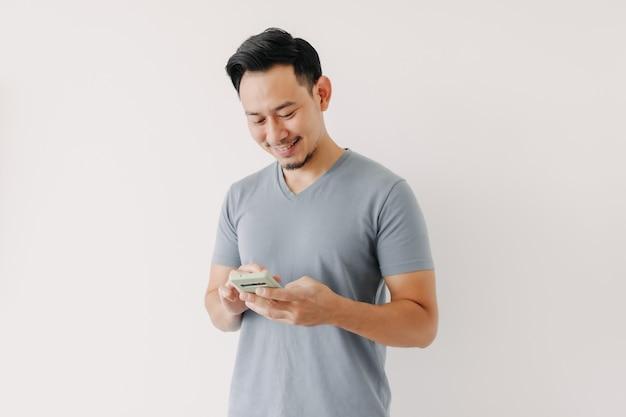 Homme heureux utiliser un smartphone isolé sur fond blanc