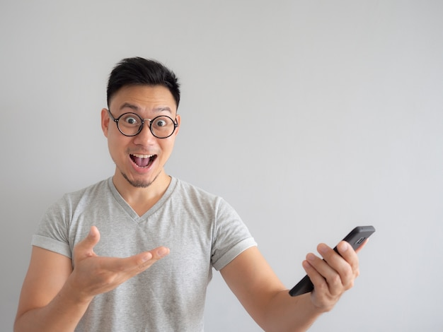 Homme heureux de voir quoi dans le smartphone.
